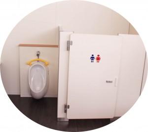 ↑お子様用トイレもドア付きでかわいい♪