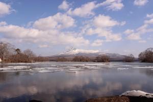 ↑大沼湖の湖に張っていた氷が溶け始めます。(2016年3月27日撮影)